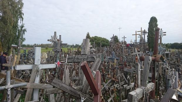 過剰な集積により観光地化した十字架の丘