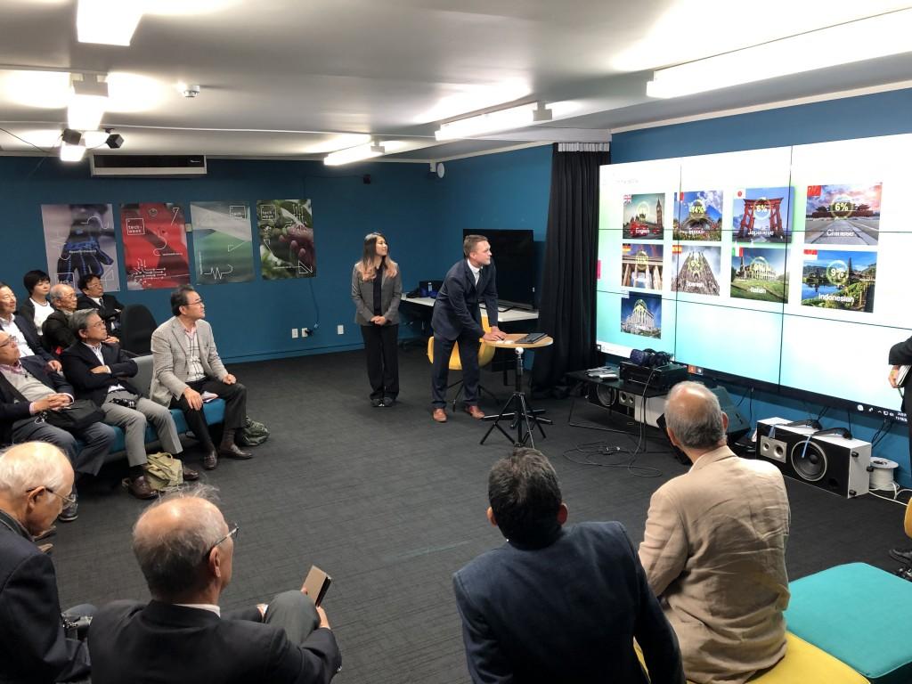 AR/VR Garageにて。入居企業の事業説明